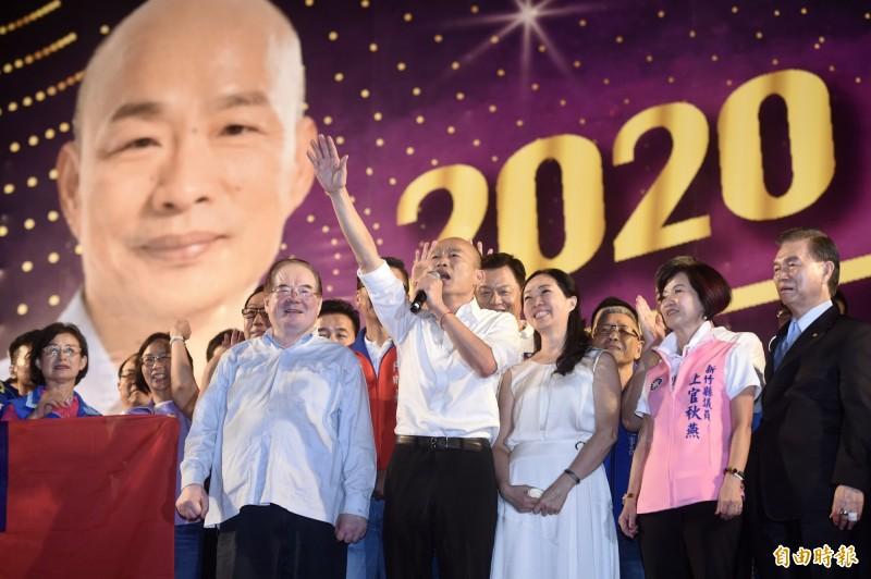 韓國瑜(中)8日晚間在新北造勢,黃光芹卻認為這是「百年政黨遇劫難」,除了亡國感,也有亡黨感。(記者簡榮豐攝)
