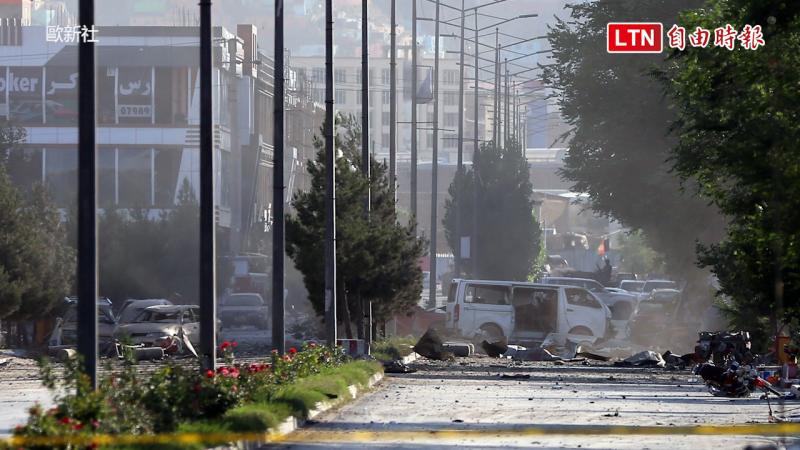 塔利班恐怖分子在街頭引爆炸彈。(歐新社)