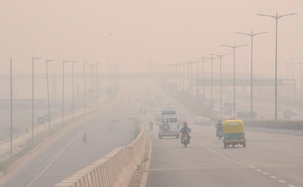 印度8日霧霾嚴重到能見度極低。(歐新社)