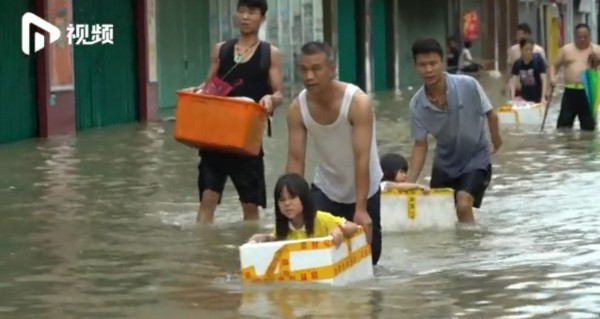 當地民眾紛紛想辦法撤離受災區。(圖擷取自《南方都市報》)