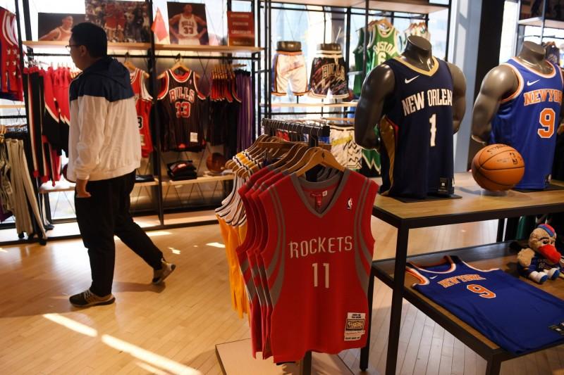 姚明的11號球衣,是店內唯一未下架的火箭隊商品。(法新社)