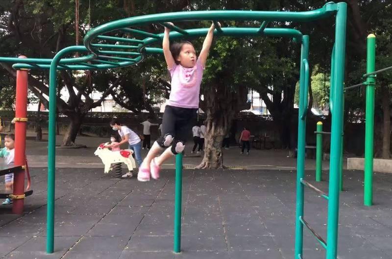 小女孩今年4歲,獨立盪完一個單槓設施。(網友Sara Tsai提供)