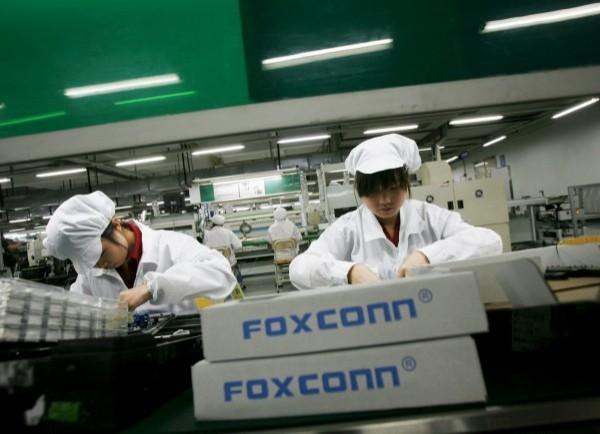 圖為中國富士康工人,示意圖。(路透)