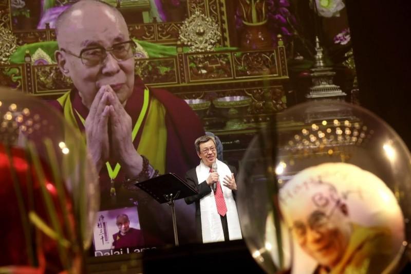 陳建仁6日下午特地前往國父紀念館,參加「2019年淨韻三千觀音和平祈福音樂晚會」,透過視訊向達賴喇嘛祝賀壽誕快樂。(圖擷取自陳建仁Facebook)