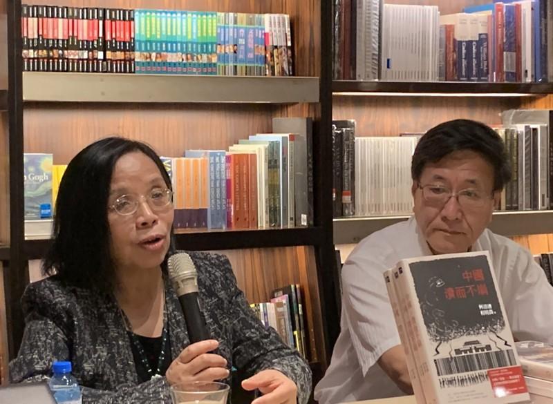 「紅色滲透:中國媒體全球擴張的真相」一書作者、中國大陸政經學者何清漣(左)15日在誠品敦南店舉行新書講座,分享對媒體與政治文化的觀察。(中央社)
