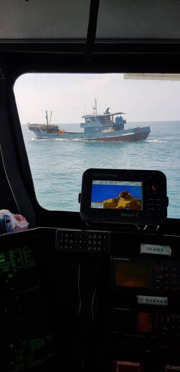 海巡巡防艇發現無船名的載油船,疑似準備進行非法交易。(記者曾健銘翻攝)