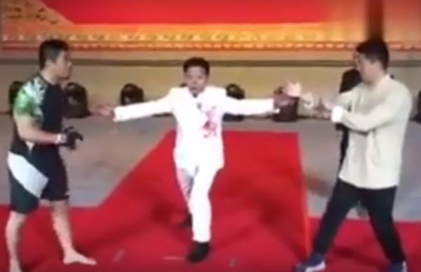 徐曉冬(左)與丁浩對決。(圖擷自youtube)