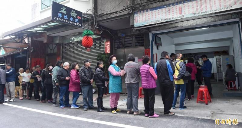民眾排隊等待投票。(記者劉信德攝)