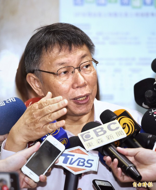 台北市長柯文哲競選辦公室推出新網路節目《阿北面對面》,首集播出內容中,柯文哲提出對敬老卡對計程車的補助將增加。(記者方賓照攝)