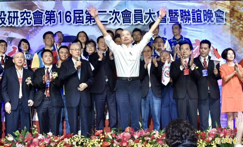 高雄市長韓國瑜今晚北上,參加工商建研會舉辦的「全國工商界支持韓國瑜競選總統後援會」成立大會。(記者塗建榮攝)