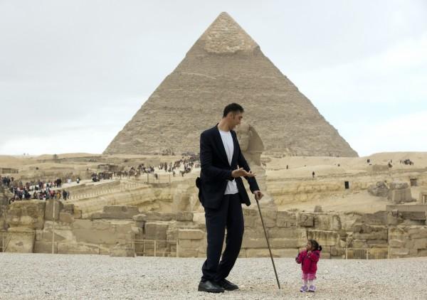 金氏世界紀錄保持者中,全球最高男子和最矮女子。(美聯社)
