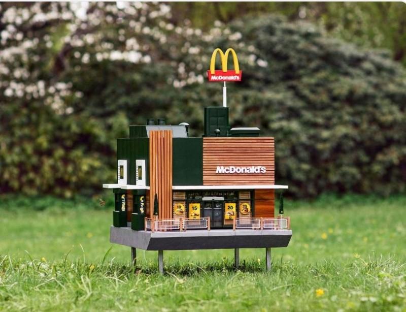 瑞典開設了全球最小的麥當勞,人類完全進不去。(圖擷自@E_mmaa推特)