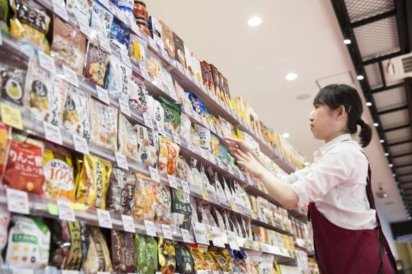 台灣旅客2016年赴日花了234億日圓(約新台幣64億元)買零食,是外國遊客在日本購買零食總額的第2名,第1名則是嘴巴說討厭日本,身體卻很誠實的中國人,共花了507億日圓(約新台幣138億元)。(彭博)