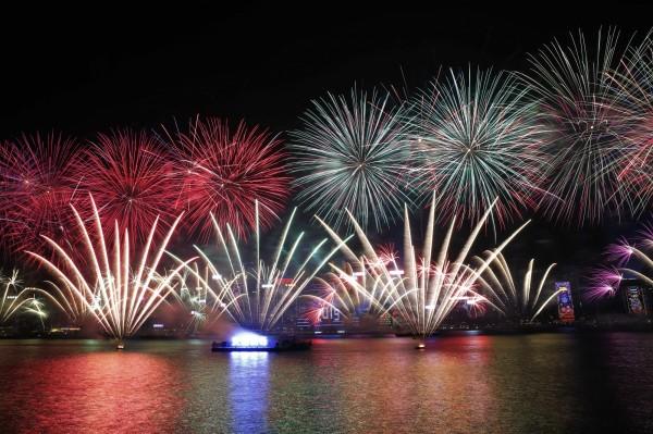 香港跨年在維多利亞港上演歷年最狂煙火秀,整場表演長達600秒。(美聯社)