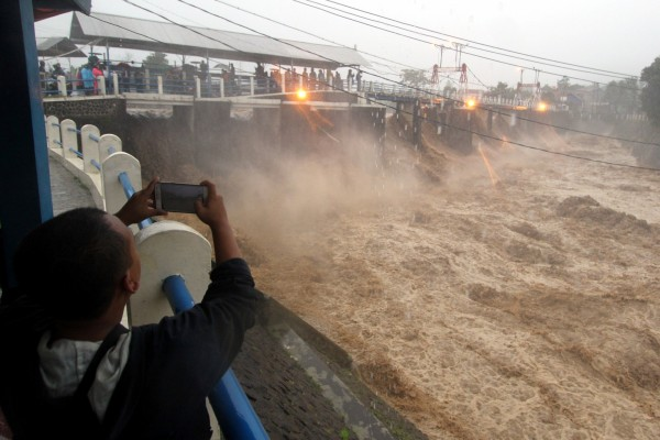 印尼近日暴雨成災,首都雅加達芝利翁河沿岸水位上漲至240公分,多處地區更出現水災,並發生土石流、山崩等。(路透)