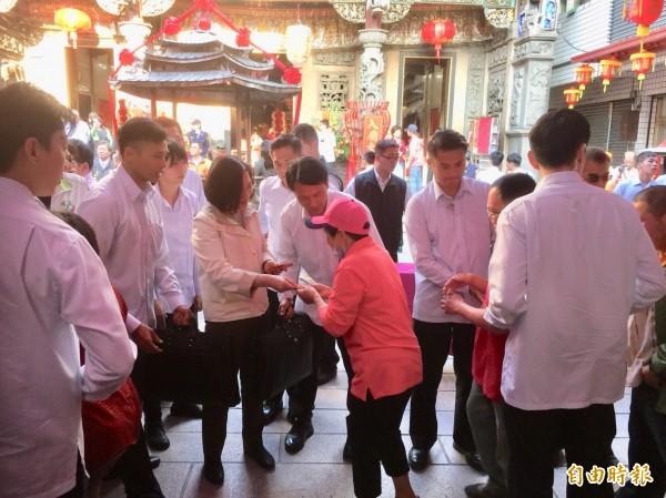 總統蔡英文分贈紅包給鄉親,計發出2千份。(記者陳璟民攝)