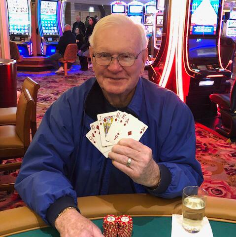 美國85歲老翁哈洛德日前在大西洋城賭場下注5美元(約新台幣155元),竟拿到6張方塊同花順的手牌,贏得一百萬美元(約新台幣3100萬元)獎金。(圖擷取自臉書「Borgata Hotel Casino & Spa」)