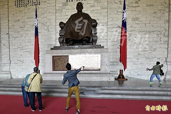 台灣國辦公室創辦人王獻極、主任陳峻涵等成員,今日上午突襲中正紀念堂,並向蔣介石銅像扔擲雞蛋墨水等物,隨後在與警方推擠拉扯後被帶離現場。(記者叢昌瑾攝)
