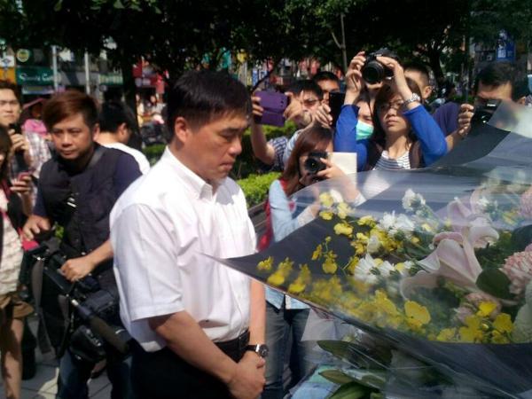 台北捷運發生隨機砍人案,台北市長郝龍斌(中)24日特地到事發地點江子翠捷運站巡視,為工作人員打氣,並獻花悼念罹難者。(民眾提供,中央社)
