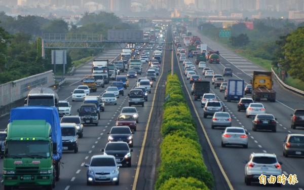 高公局預估,春節連假國道最大交通量落在初三,今年也首度調整西部北上高乘載管制時段,從早上實施改為下午,強化分流。(資料照)