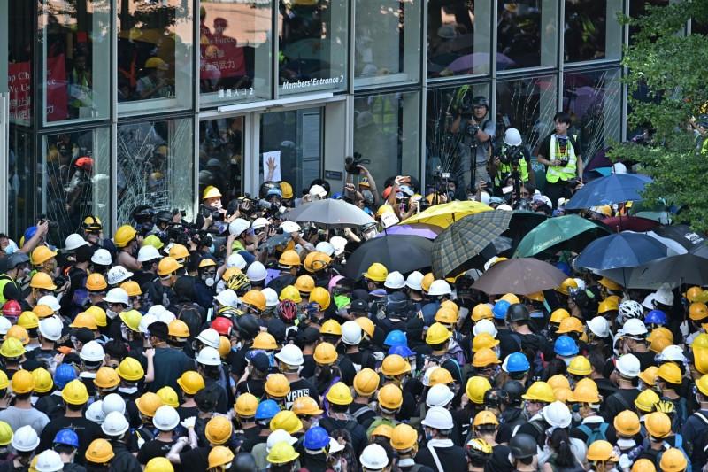 抗議民眾包圍香港立法會大樓。(法新社)