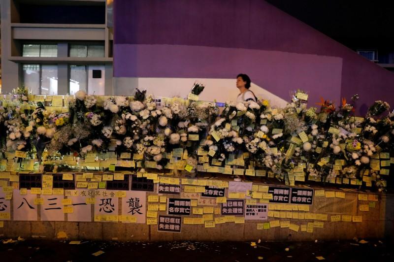 香港運輸及房屋局局長陳帆今日在巡視灣仔站時,被記者追問是否會公開8月31日太子站的監視器畫面,不過,陳帆一言不發,當場中斷訪問轉身離開。圖為太子站外市民獻花。(路透)