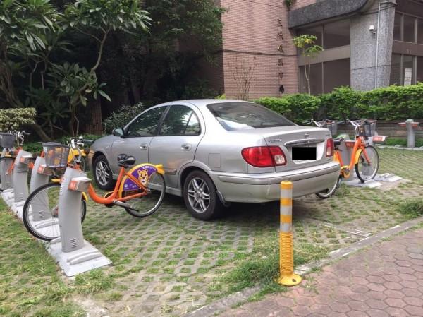 有民眾準備前往U-bike站騎乘單車上班,到U-bike據點時傻眼,竟有一輛銀色轎車直接開上人行道,直直插進U-bike置車區。(圖擷自臉書「我是三峽人 iSanxia」)