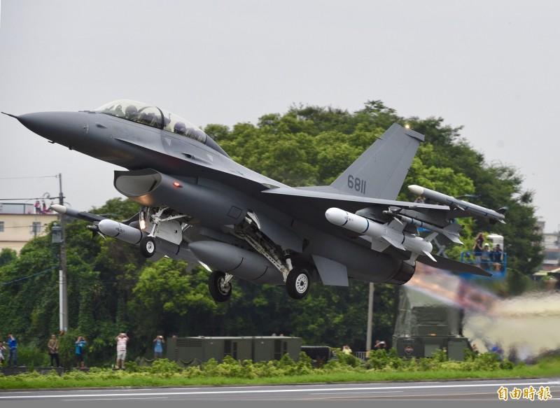漢光35號國道彰化戰備道戰機起降演練28日清晨展開,首次公開亮相的F-16V型戰機順利於戰備道起飛。(記者羅沛德攝)