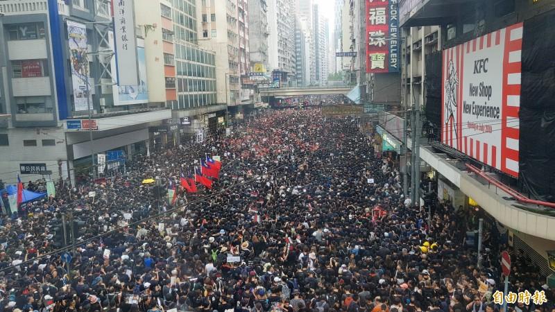 香港16日200萬人參與反送中大遊行。立法院朝野黨團今協商後,發表共同聲明,譴責並抗議港府武力處理群眾運動,聲援香港人民對民主自由的訴求,籲港府撤回「逃犯條例」草案同時建議政府,以行動支持香港人民,提供關懷與援助。(資料照,記者簡惠茹攝)
