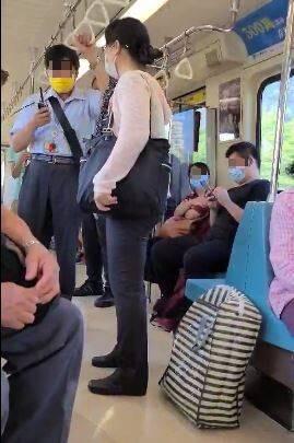 一名網友上網發布了一則影片,表示有一名女子將自己的包包放置在座位上,旁人提醒後也堅持不肯讓座,更直接在車廂內咆哮,讓她感到相當恐懼。(圖片擷取自爆料公社APP)