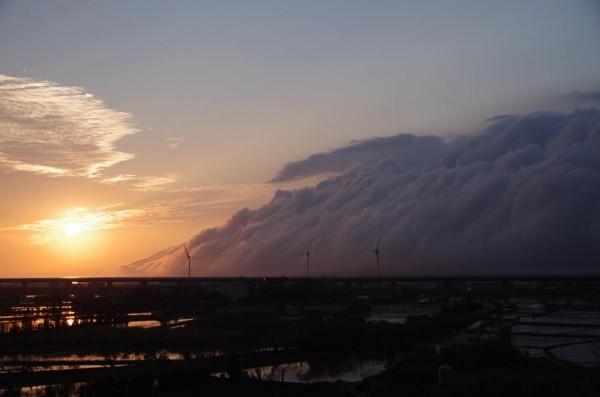 在中部沿海拍到壯觀的滾軸雲在海面上迅速移動。(網友「土撥鼠」提供)