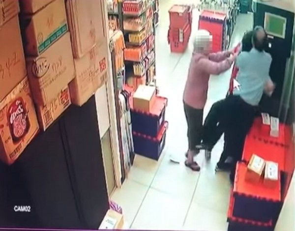 店員 和 丈夫 衝突 愈演愈兄, 婦人 趕緊 上前 阻止. (圖 擷取 自 YouTube)