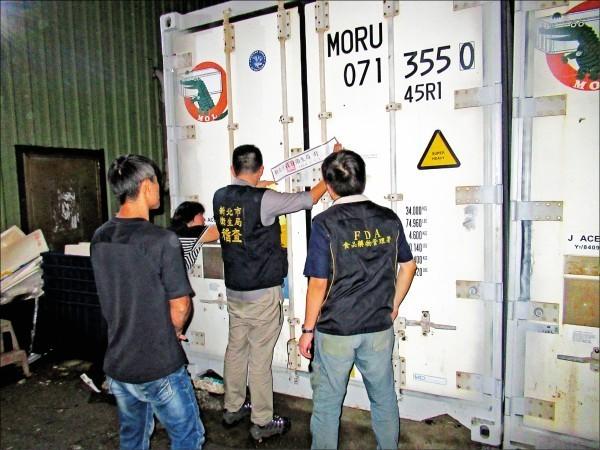食藥署和檢調查獲業者偷賣戴奧辛超標大閘蟹。(食藥署提供)