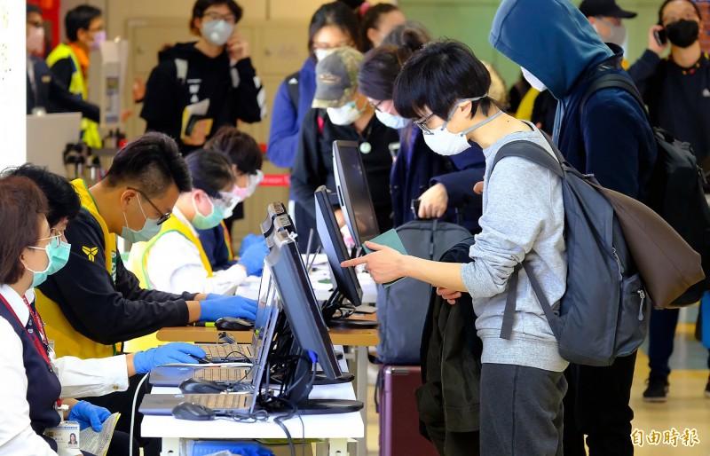 旅客入境時必須填登錄境健康聲明卡等檢疫證明,並核實在台資料與聯絡電話。示意圖為桃園機場,非新聞人物(資料照)