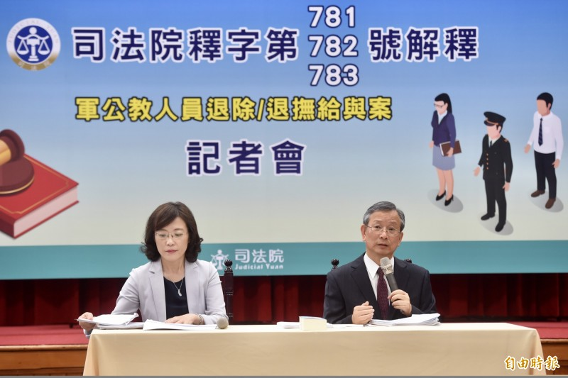 司法院23日舉行「軍公教人員退除/退撫給與案」記者會,秘書長呂太郎(右)說明軍公教年改釋憲結果,並答覆媒體提問。左為大法官書記處長王碧芳。(記者簡榮豐攝)