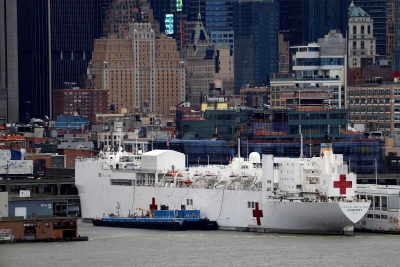 川普批准,停靠在曼哈頓碼頭的安慰號醫療船可以收治武漢肺炎確診患者。(路透)
