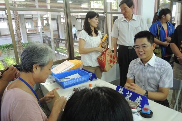 台東縣長黃健庭(右坐者)今天登記參選,力拼連任。(記者張存薇攝)