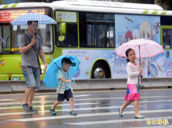 氣象局清晨已針對台北、新北、基隆及澎湖發布大雨特報。(資料照)