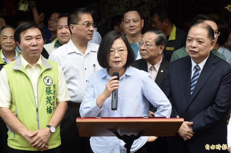 總統蔡英文早上到台北市松山慈雲宮參拜,談到香港反送中時表示,一定會堅持台灣人權、民主。(記者簡榮豐攝)