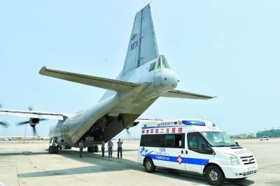 P-8海軍運輸機停在永暑島機場。(圖擷自人民網)