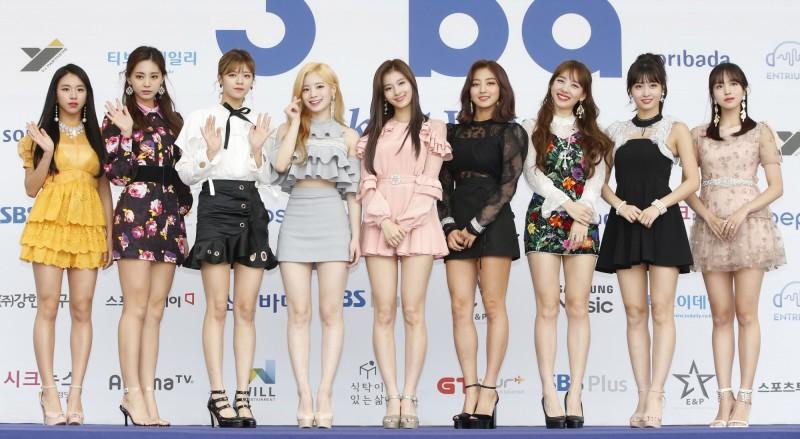 南韓政府最近公布針對電視台及節目製作公司的建議,要求樣貌相似的女性表演者,不得占據節目過多比例。圖為南韓女團TWICE。(歐新社資料照)