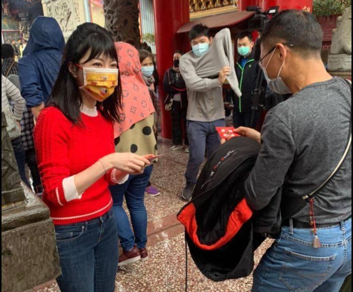 民進黨立委高嘉瑜初一在自己選區內的碧山巖發放紅包。(圖擷取自高嘉瑜臉書)