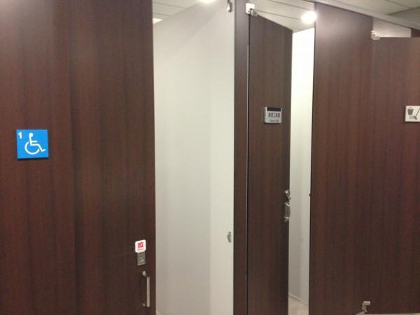 南京松江站七號出口男廁只有一間殘障用廁所,另外二間全是清潔工具室,令乘客看傻眼。(記者古明弘攝)