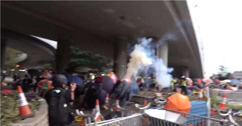 催淚彈打向示威民眾的瞬間。(圖擷自香港電台視像新聞 RTHK VNEWS)