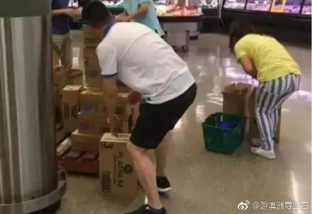 中國掃奶幫搶購澳洲奶粉一景。(圖翻攝自遊澳洲尋寶石微博)