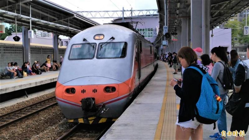 台鐵統計清明連假疏運,平均每日載客74.6萬人次,5天總客運收入超過3.5億元。(資料照,記者鄭瑋奇攝)
