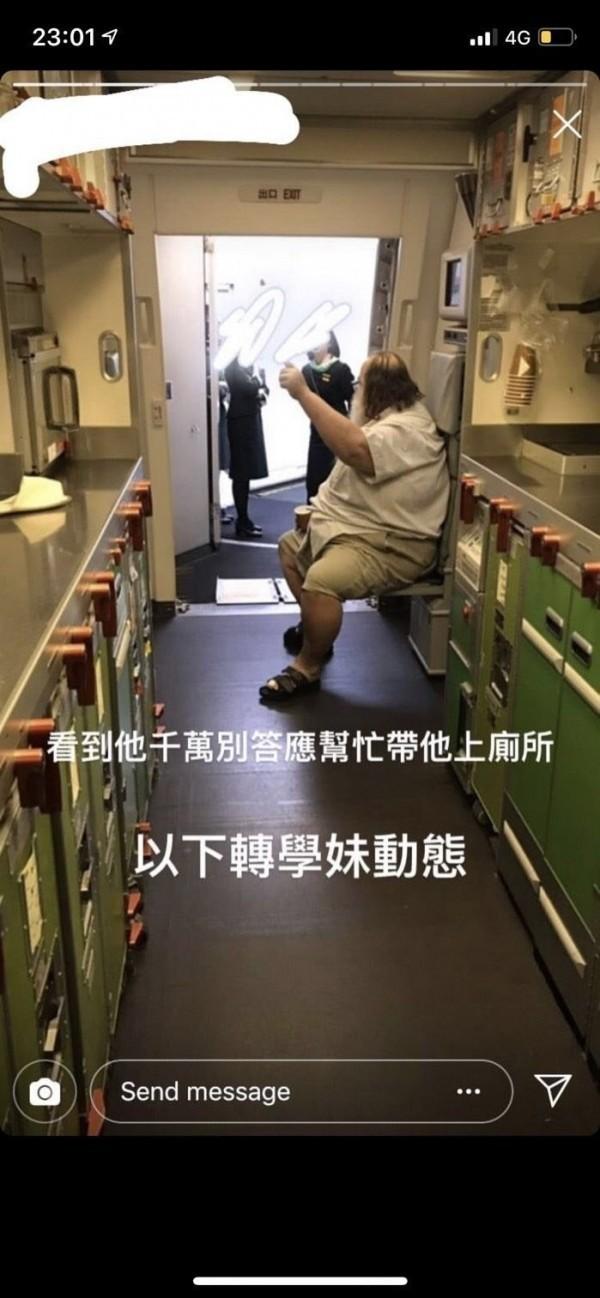 今年1月19日,一名體型壯碩的外籍男子逼迫長榮航空空服員幫忙「擦屁股」,讓空服員身心受創,也引起台灣社會一片譁然。不過今日卻傳出,這名外籍乘客已在3月初,於蘇美島上不幸過世。(擷取自網路)