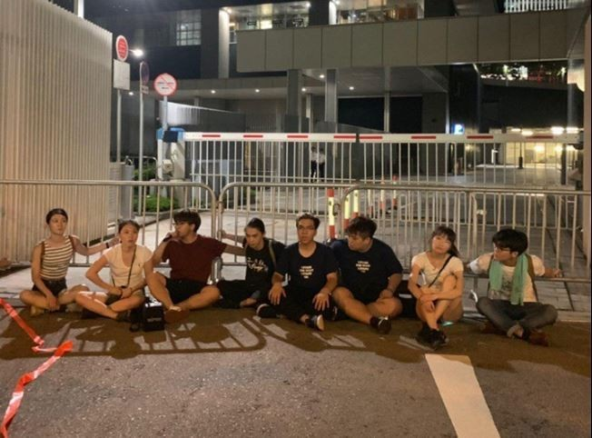 針對送中惡法,「香港眾志」呼籲遊行市民踏出「抗命」的一步,扭轉待宰的命運。(圖取自香港眾志)