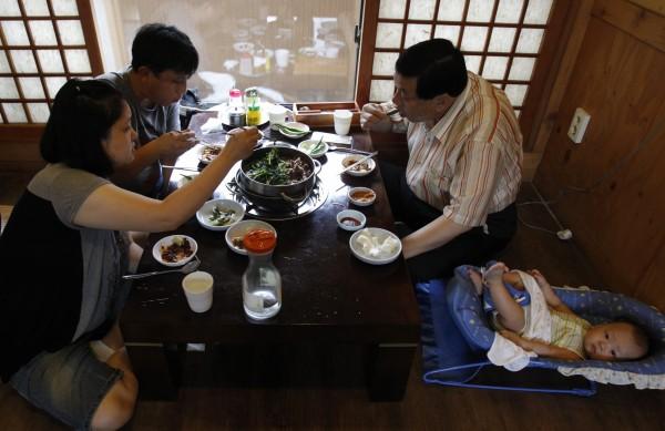 韓國人習慣是將碗放在桌上,僅利用筷子、湯匙「以口就碗」,因此有韓國同事認為,台灣人「捧碗」吃飯像乞丐。(資料照,路透)