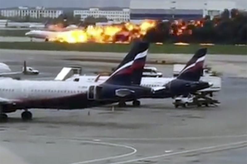 俄羅斯航空客機起火迫降,驚險畫面曝光。(美聯社)